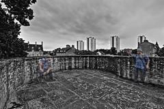 Débat spectral ! (Tonton Gilles) Tags: alençon normandie hdr noir et blanc partiel mise en scène personnage silhouettes silhouette fantôme fantômes spectre spectres ectoplasme ectoplasmes tours du champ perrier remparts maison dozé ozé chaise jumeaux paysage urbain