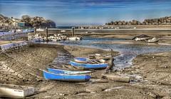 Bajamar. (Santos M. R.) Tags: bajamar barcas tierra arena agua mar cantábrico piedras rocas árboles cielo nubes clouds azul postes blanco cuerdas