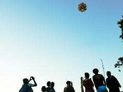 Ascension (Jay/Be) Tags: ballon baloon people air sky ground décollage takeoff verticale fire festival parc park buisson rond chambéry savoie rallumeur étoiles event événement association