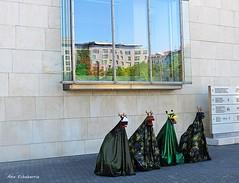 Atracciones  fuera del mueseo (kirru11) Tags: museo guggenheim titiriteros artistas fachada ventana reflejos bilbao bizkaia euskadi españa kirru11 anaechebarria canonpowershot