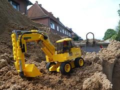 Sandkiste (captain_joe) Tags: toy spielzeug 365toyproject lego minifigure minifig moc bagger excavator digger sand