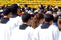 Tentazioni ! (Temptations !) (Maurizio Belisario) Tags: roma rome persone people preti priests ragazza girl religione religion sanpietro sanpeter fiori flowers giallo yellow funny divertente bianco white