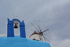 Campane e Mulini a Oia (Giuliana 57) Tags: grecia campana mulino bianco azzurro nuvole clouds maregeo giulianacastellengo giuliana57 reflex nikond5200 vacanze cielo sky santorini oia