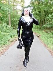 Im Auftrag des Herren (Gabriela Brown) Tags: latex rubber gummi girl woman frau black schwarz outside outdoor nonne nun gasmaske heels glaube