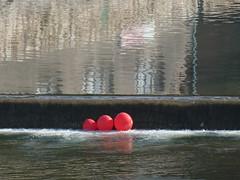 Dobberen (Merodema) Tags: stad water ballonnen draaien turning red rood stroom