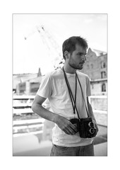 25 [titre Happy Birthday, man with the Yashica] (Armin Fuchs) Tags: arminfuchs thomaslistl anonymousvisitor lavillelaplusdangereuse würzburg alterhafen portrait yashica birthday jazzinbaggies challenge 35mm