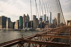 Un skyline y medio puente - A skyline and half bridge (ricardocarmonafdez) Tags: newyork nyc cityscape puentes bridge brooklyn perspective perspectiva nikon d850 24120f4gvr color skyline skyscraper rascacielos arquitectura architecture