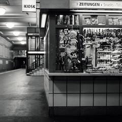 Abhängen am Hermannplatz (Ale Rub) Tags: berlin neukölln kreuzberg kreuzkölln hermannplatz u8 kiosk späti u7 mickymaus spiderman bvg blackandwhite schwarzweiss photography analog analogphotography rolleicord vb rolleicordvb ilford hp5 6x6 negativescan