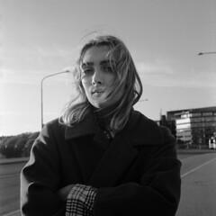 Emma (rshm_1) Tags: bw portrait girl analog analogphotography film 120 ilford hp5 light backlight