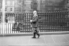 (Alessandro Venerandi) Tags: flaneur streetphotography blackandwhite urban 35mm filmphotography kentmere400 ricoh35zf scotland edinburgh