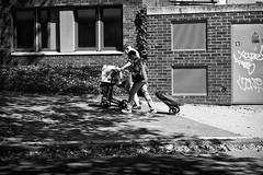 OKSF 299 (Oliver Klas) Tags: okfotografien oliver klas street streetfotografie streetphotography strassenfotografie streetart streetphotographer streetphoto stadtleben streetlife streetculture urban schwarzweis schwarzweissfotografie blackandwhite monochrom farblos abstrakt dunkel hell grau schwarz weiss black white sw schwarzweiss personen people menschen persons volk familie angehörige bewohner bevölkerung leute europäer mann frau gesellschaft menschheit mensch völker kunst art künstler kultur deutschland germany stadt city europa deutsch staat westdeutschland ostdeutschland norddeutschland süddeutschland