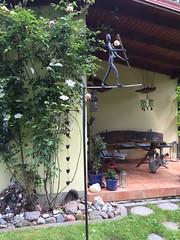 Der Akrobat vor der Holzsitzgruppe... (Carl-Ernst Stahnke) Tags: sommerfeld kastenmiller sitzecke erholung künstler balanze akrobat rosen