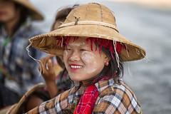 operaie sulla strada di pindaya (mat56.) Tags: ritratto ritratti portrait portraits donne women sorriso smile viso face operaie workers pindaya myanmar birmania burma asia antonio romei mat56