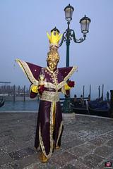 QUINTESSENZA VENEZIANA 2019 837 (aittouarsalain) Tags: venise venezia carnevale carnaval costume masque mask aladin gondole gondola brouillard brume