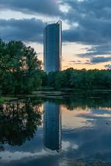 Am Auensee in der Bonner Rheinaue (lt_paris) Tags: bonn rheinaue auensee gewässer see posttower spiegelung dämmerung abenddämmerung