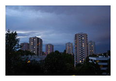 Sous les lourds nuages... (DavidB1977) Tags: france îledefrance valdemarne fontenaysousbois valdefontenay immeuble nuage soir fujifilm x100f