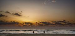Sobre las olas (Fotgrafo-robby25) Tags: alicante amanecer costablanca gente marmediterráneo nubes rocas sol sonyilce7rm3
