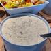 Bircher Müsli Porridge, Haferbrei, in einer weißen Schüssel, vor einem Obstsalat