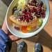 Gesundes Mittagessen mit Obst wie Melone und Ananas, Sonnenblumenkernen, Kirschen und Walnüssen