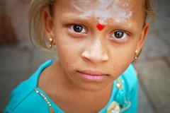 Plongée (Ma Poupoule) Tags: virupakshatemple virupaksha hampi asie asia inde india porträt portrait ritratti ritratto retrato regard reflet reflets visage children enfant enfants face