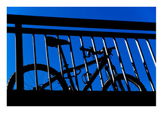 28 [titre BLUEZ] (Armin Fuchs) Tags: arminfuchs lavillelaplusdangereuse bicycle würzburg anonymousvisitor thomaslistl wolfiwolf jazzinbaggies blue bridge friedensbrücke light shadow stripes diagonal fujixt3 contrast