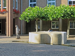 Boodschap (Merodema) Tags: city stad evening avond sculpture bomen man woman meneer vrouw beeld art