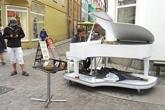 Pianospieler in Stralsund (Carl-Ernst Stahnke) Tags: stralsund hansestadt piano unterhaltung strasenmusik trompete innenstadt