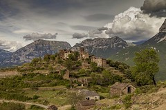 Muro de Bellós (tonygimenez) Tags: paisaje naturaleza pueblos abandono abandonados cielo nubes montaña aragon huesca