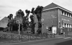 École (christophe.vinchon) Tags: bâtiment école arbres