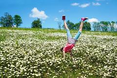 Voller Lebensfreude (Mariandl48) Tags: lebensfreude mädchen landschaft kopfstand margeriten blumen bäume sträucher sommersgut wenigzell steiermark austria blauerhimmel wolken