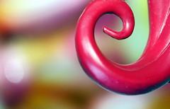 Chevelure courbée (Christian Chene Tahiti) Tags: canon 400d chevelure courbe curves macromondays macro bokeh poupée rouge couleur vert jaune