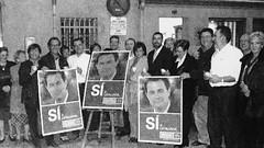 Enganxada del primer cartell electoral de CiU a Cerdanyola. Autonòmiques 2003 (ArxiuTOT) Tags: cerdanyola cerdanyoladelvallès totcerdanyola ciu arturmas