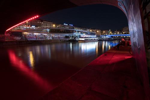 Blick auf Motto am Fluss und vor Anker liegende Schiffe