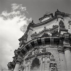Nuvole barocche [film] (Alessio Vincenzo Liquori) Tags: mamiya6 mamiya mediumformat 6x6 ilford ilfordfp4 blackandwhite noiretblanc film filmphotography filmisnotdead architecture baroque lecce italy sky clouds