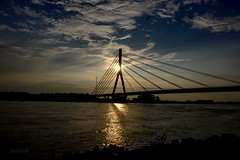 ... abends am Rhein (gabrieleskwar) Tags: abends rhein fluss wasser wolken sonne schatten sonnenuntergang brücke rheinbrücke wesel niederrhein nrwgermany steine architektur farbe formen himmel licht lichter landschaft outdoor draussen umrisse ufer