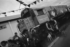 (Gabriel Ghiggeri) Tags: voigtlander bessar snapshotskopar 25mm f4 kentmere 400 200 train argentina argentino black white film 25 wide angle crooked people dogs scene sky natural light urban street photography snapshot skopar