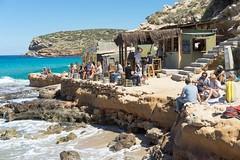 Ibiza Cala Escondida (gerhardschorsch) Tags: sony zeiss ilce7r ibiza streetshot strasenfotografie strandbar fe55mm fe fe55mmf18za festbrennweite vollformat cala escondida sommer strand beach bar 55mm