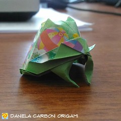 """Kabuto""  Modello creato oggi. Carta da origami decorata bicolore, lato 7,5 cm.  ------------------------------------------- ""Kabuto""  Model created today. Double side coloured decorated kami, 7,5 cm edge.  #origami #cartapiegata #paperfolding #papiroflex (Nocciola_) Tags: paperart kabuto cartapiegata createdandfolded papiroflexia paperfolding originaldesign danielacarboniorigami paper origami"