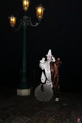 QUINTESSENZA VENEZIANA 2019 857 (aittouarsalain) Tags: venise venezia costume masque chapeau clown nuit lampadaire lanterne