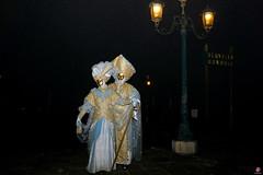 QUINTESSENZA VENEZIANA 2019 856 (aittouarsalain) Tags: venise venezia carnevale carnaval costume masque mask chapeau nuit lampadaire