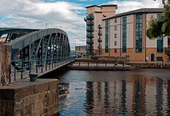Edinburgh / Water of Leith / Old bridge (Pantchoa) Tags: édimbourg wateroflieth leith eau canal mer merdunord pont vieux bâtiment immeuble ciel nuages reflets perspective quai shore oceandrive bittedamarrage portoflieth