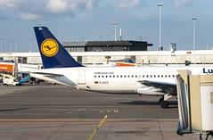 A320 D-AIZO dejando la terminal (Dawlad Ast) Tags: aeropuerto internacional schiphol amsterdam holanda holland international airport mayo may 2019 avion plane airplane aircraft spotting aviacion aviation terminal ams airbus 320214 daizo lufthansa sn 5441 a320 320