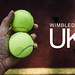 Mann hält in seiner Hand zwei Tennisbälle, neben der Aufschrift