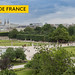 Besuchter Tuileriengarten mit runder Brunnenanlage und Blick auf den Eiffelturm, neben der Aufschrift