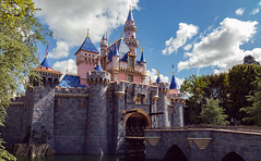 The NEWLY PAINTED Castle ([bendersama]) Tags: canon eosm50 canoneosm50 m50 eos ef24105mmf4isusml 24105mm lightroomcc adobe disneyland california anaheim 2019 project1163 bendersama bendersamaphotography bendersamacom may21st may travel trip viltrox
