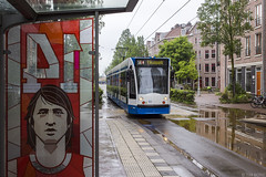 Rood-wit, nummer 14 (Tim Boric) Tags: amsterdam borneostraat javaplein tramhalte abri tram shelter johancruijff streetart frankey 14 tramway streetcar strassenbahn