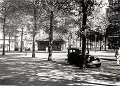 Straßenszene in Berlin-Wilmersdorf, ca. 1935 (Volker Zürn) Tags: auto baum berlin deutschland europa landschaft litfassäule pkw pflanze strase strasenlampe strasenverkehr verkehr welt werbung wilmersdorf