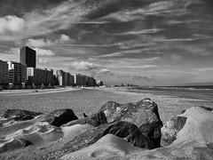 Entre ciel et sable, Ostende (Thierry.Vaye) Tags: belgique ostende plage rochers merdunord building immeuble europacentrum