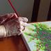 manos con pincel sobre lienzo