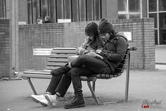 Gezellig samen uit, samen .......... (Digifred.nl) Tags: digifred 2019 nikond500 amsterdam nederland netherlands holland iamsterdam straat street city grachten streetphotography bw monochrome toerist zwartwit whatsapp cellphone